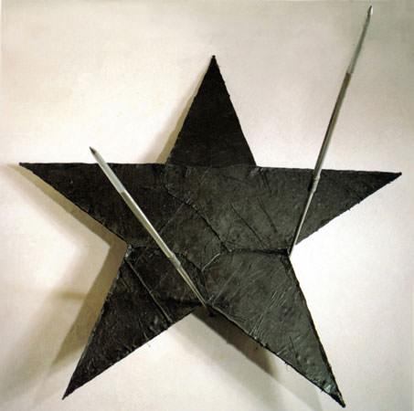 Gilberto Zorio 1985 cuoio dipinto e legno 242x229 cm 1